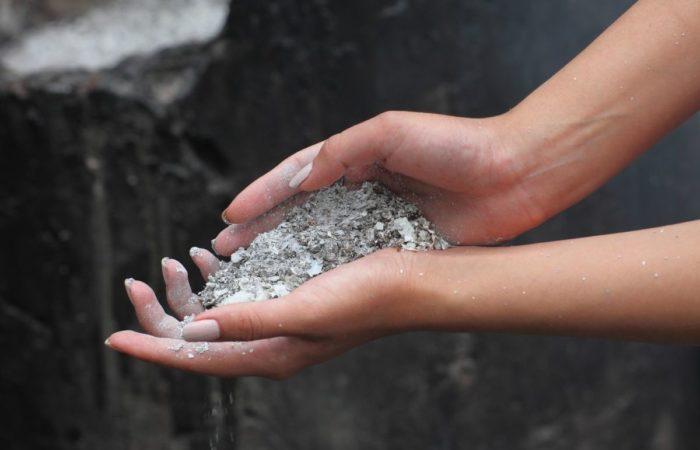 Удобрение зола в руке