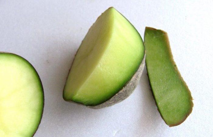 Позеленевший разрезанный клубень картофеля