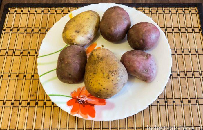 Несколько картофелин на тарелке