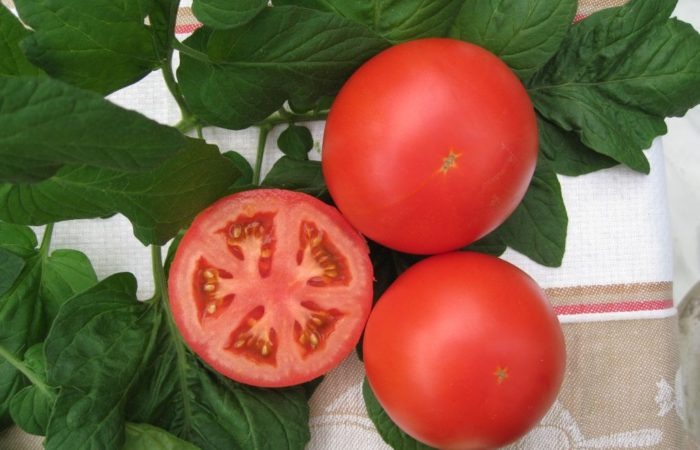 Два целых томата и один в разрезе