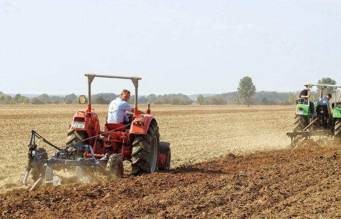 Вспашка почвы по мини-тракторе