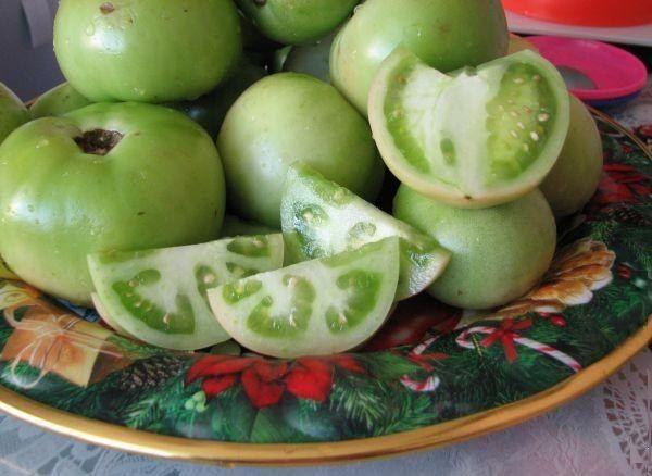 Зеленые помидоры на тарелке