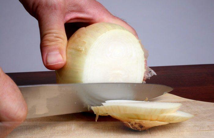 Нарезка лука ножом
